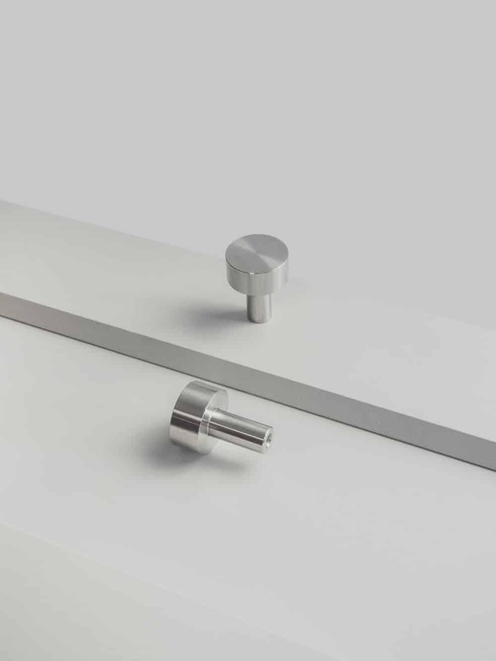 srebrny uchwyt meblowy ze stali nierdzewnej